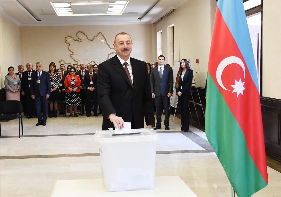 Azərbaycan Prezidenti İlham Əliyev 6 saylı seçki məntəqəsində səs verib