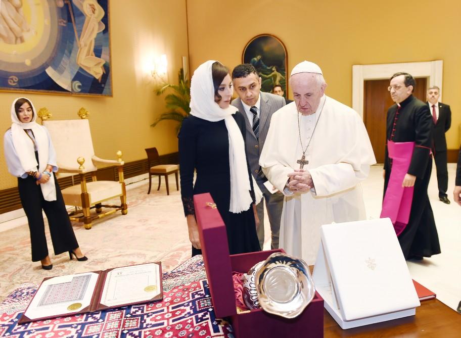 Azərbaycanın Birinci vitse-prezidenti Mehriban Əliyeva Roma Papası Fransisk ilə görüşüb